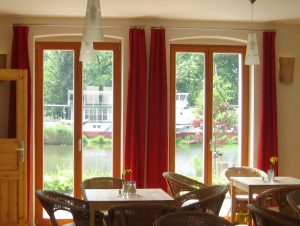 Wohnzimmer-Atmosphäre direkt am Fluss