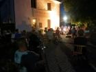 Luckylele Ukulelen-Orchester auf der Café-Terrasse